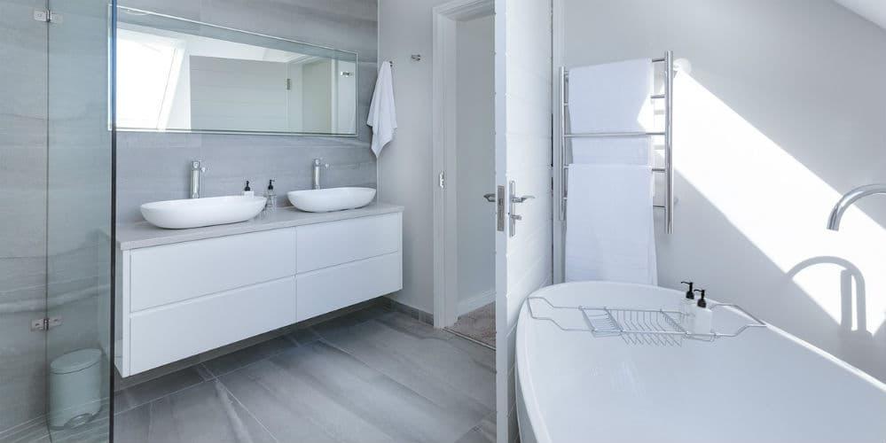 Skab et nyt badeværelse med en væg af conteco-beton eller microcement