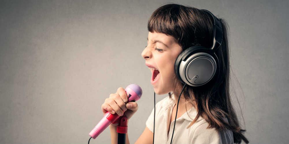Pige syner til sangundervisning
